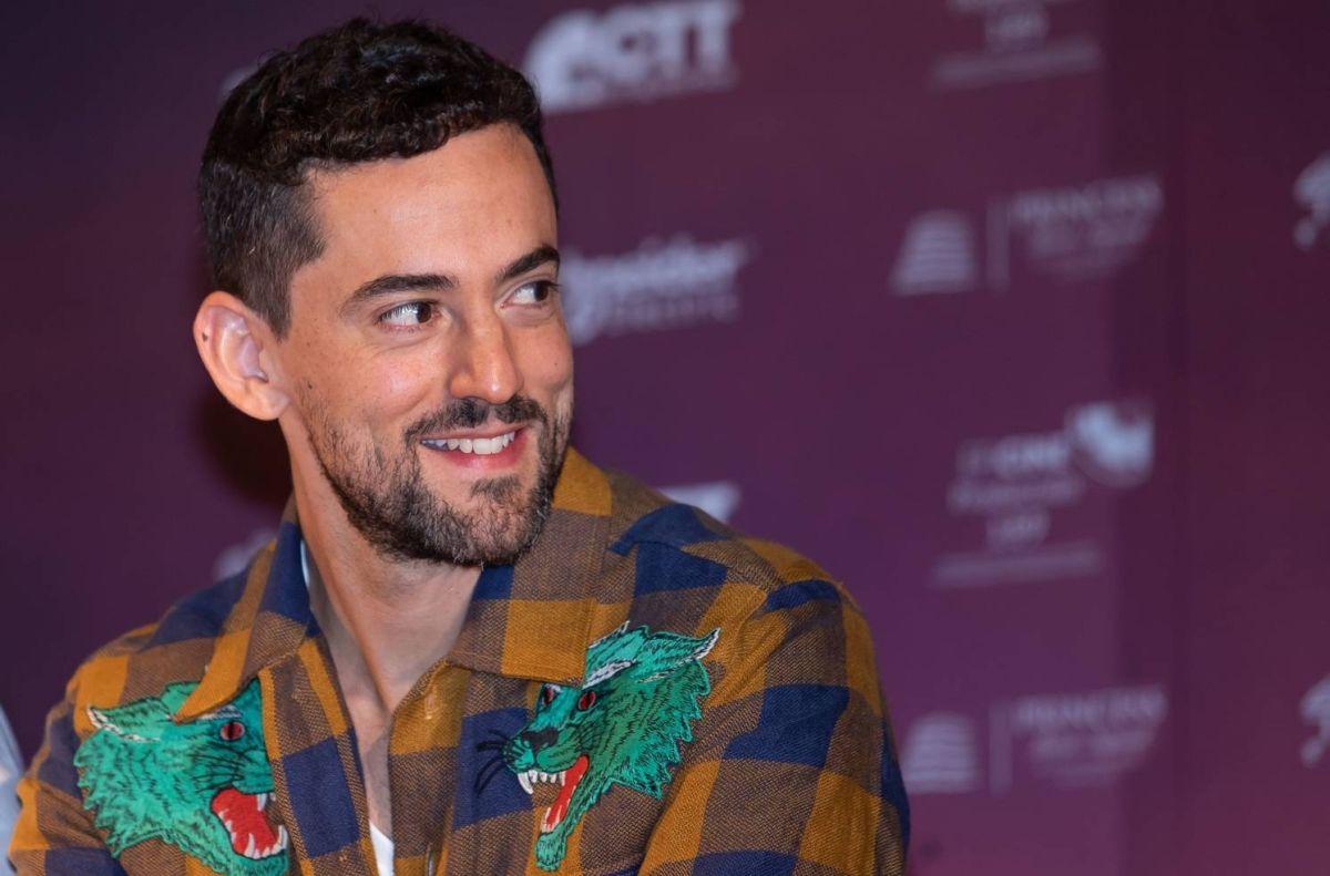 Luis Gerardo Méndez aplaude apertura de la Academia del Oscar con los latinos.