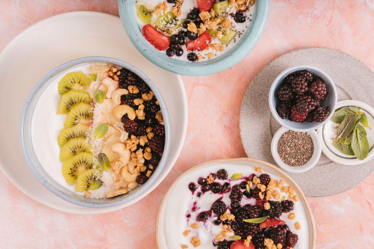 Una porción de 170 g de yogur griego descremado aporta 17 g de proteína completa.