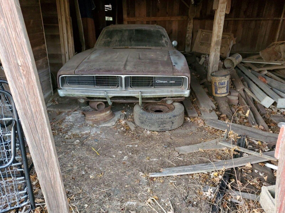 Según algunos medios, este viejo Dodge Charger 1968 encontrado en un granero fue usado por última vez durante 1989.