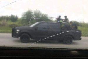 FOTOS: Narcos del Cártel del Noreste son vistos montados en troca armada lista para disparar en zona fronteriza