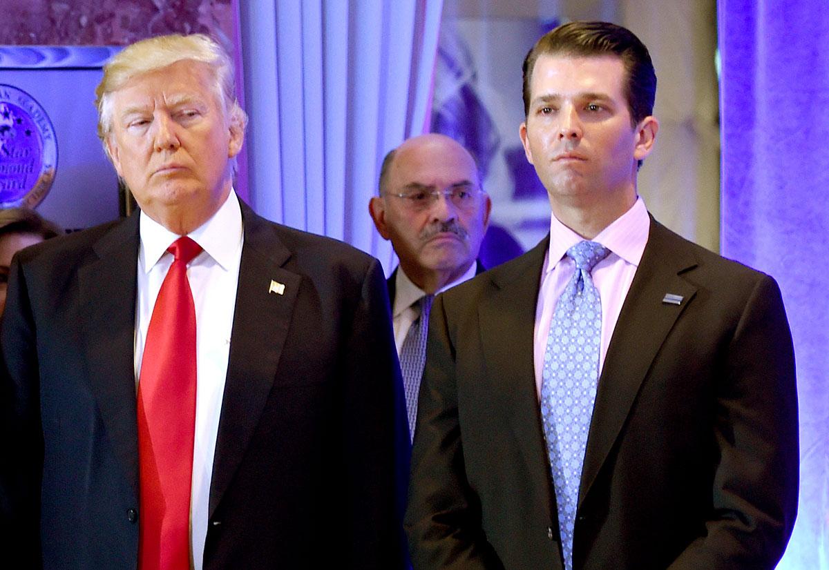 Allen Weisselberg (centro), director financiero de la Organización Trump, se entrega a las autoridades por presuntos delitos fiscales.