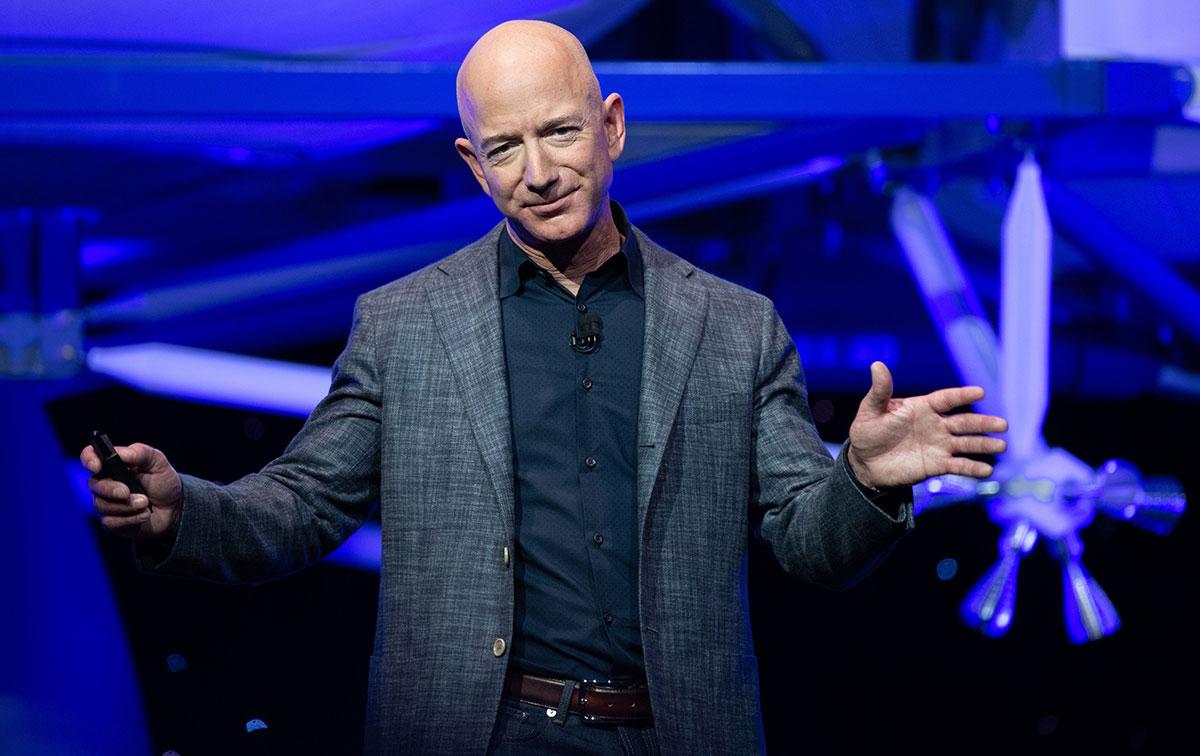 Jeff Bezos se convierte en el segundo multimillonario en llegar al espacio.