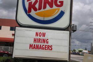 Empleados de Burger King en Nebraska renuncian en masa y lo anuncian en el letrero del restaurant