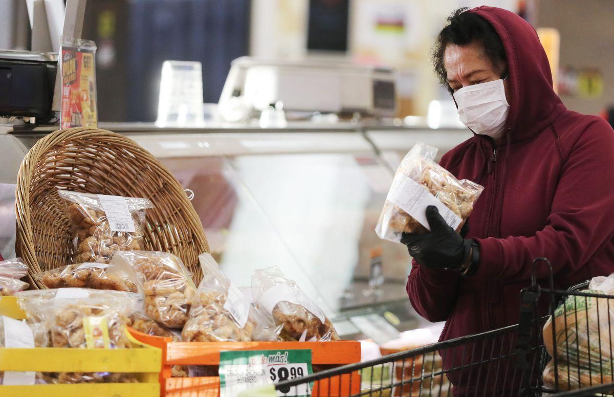 La mascarilla vuelve a ser obligatoria para todos en tiendas y otros lugares cerrados de Los Ángeles.