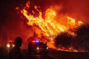 El furioso incendio Bootleg en Oregon amenaza líneas eléctricas vitales del norte de California