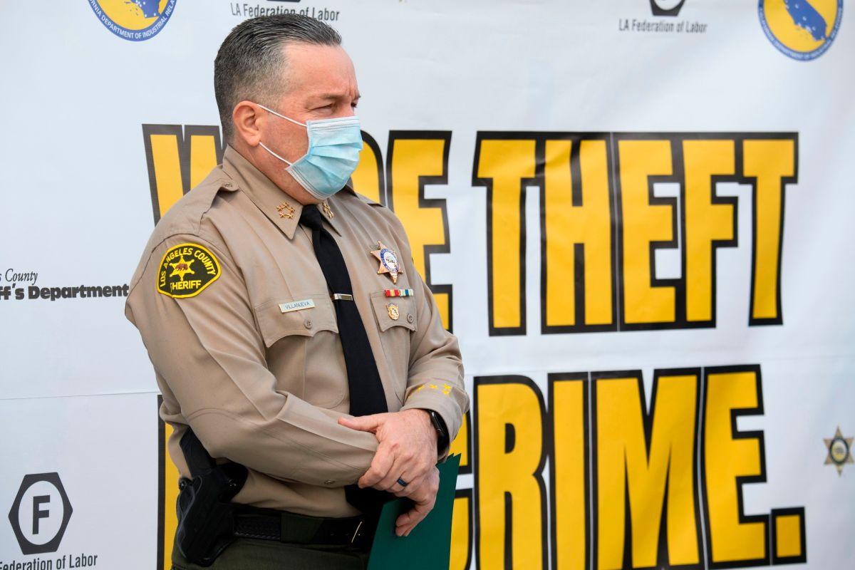 El Sheriff Alex Villanueva se puso la mascarilla en un evento el 9 de febrero.