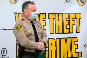 El Sheriff angelino Alex Villanueva dice que el uso de mascarilla no está respaldado por la ciencia