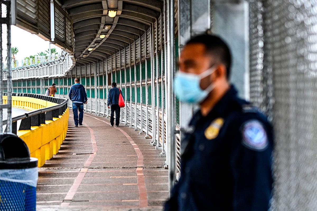 Gobernadores de Texas y Florida visitan zona fronteriza con México