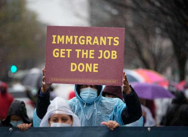 Más de 80 alcaldes, incluidos de Los Ángeles y Nueva York, presionan a Biden para otorgar la ciudadanía a indocumentados