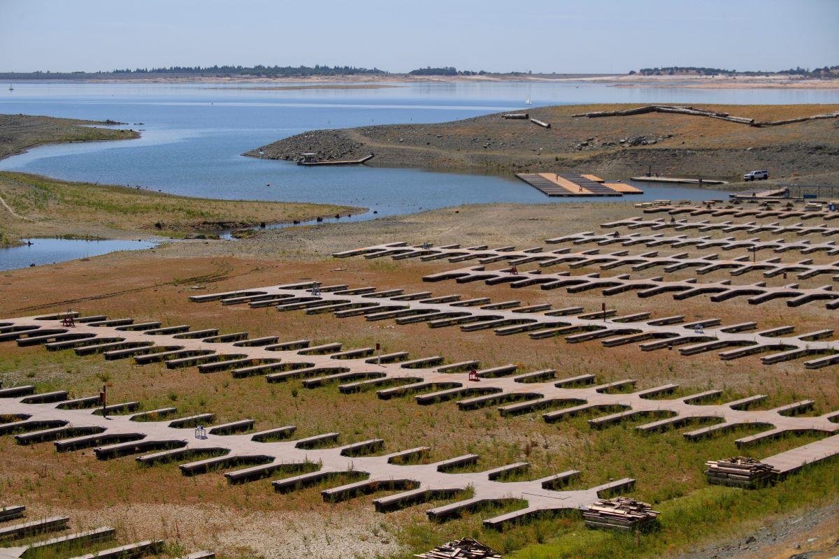 Las huellas de la sequía en el Lago Folsom, en el norte de California, en el mes de mayo.