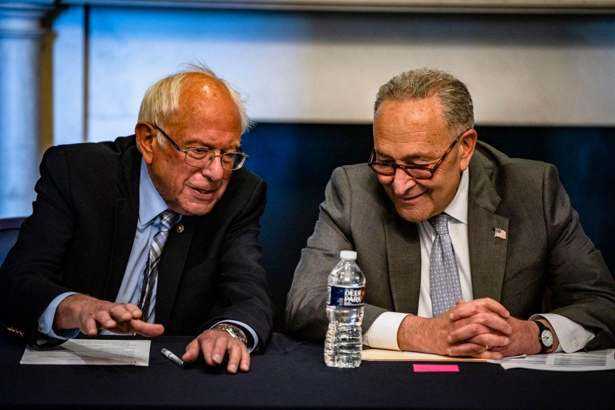 El senador Bernie Sanders y el líder la mayoría en el Senado, Chuck Schumer.