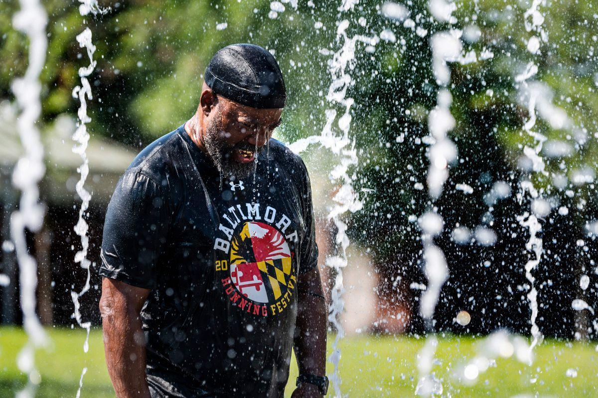 Un hombre se refresca en una fuente en Baltimore, Maryland.
