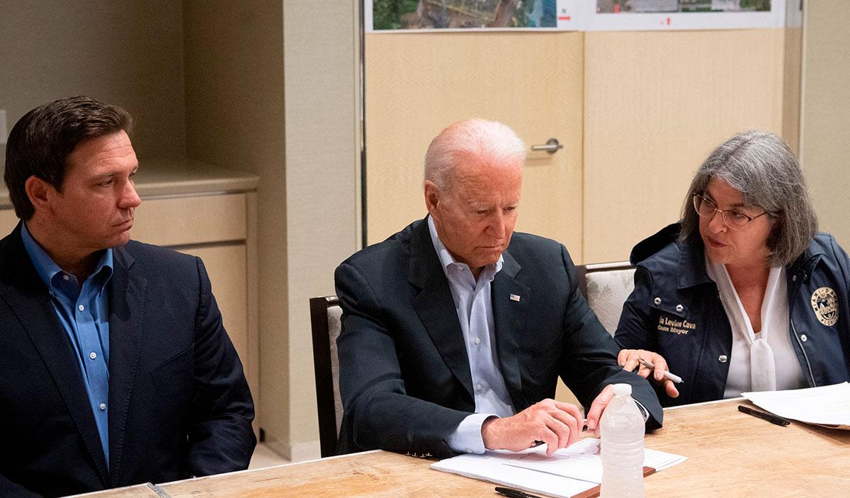 Joe Biden sostiene reunión con la alcaldesa del condado de Miami Dade, Daniella Levine Cava (der.) y el gobernador de Florida, Ron DeSantis (izq.).