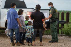 ICE procesará a familias migrantes para aliviar el hacinamiento de las estaciones en la frontera