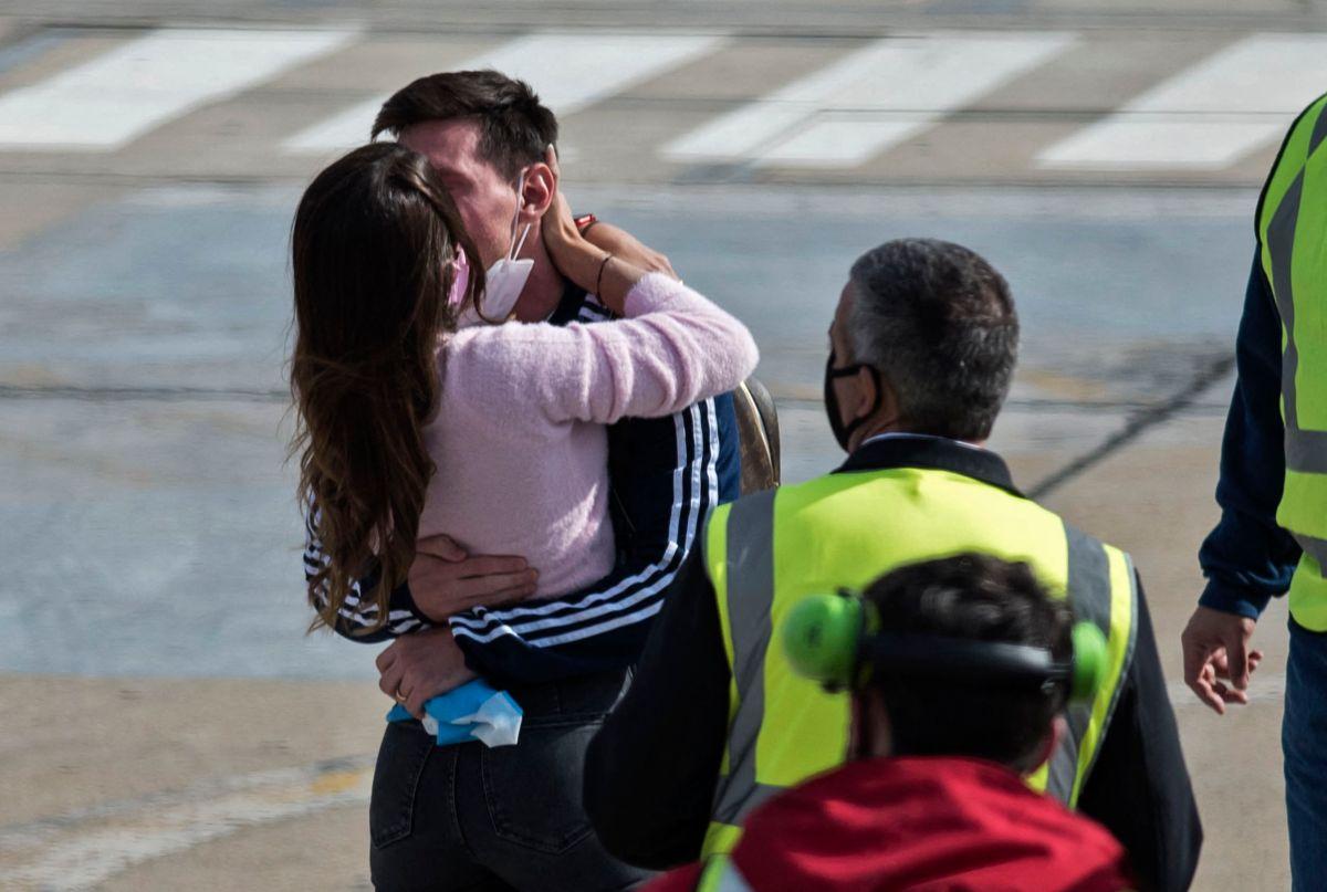 Messi y Roccuzzo se besan en la llegada de la selección albiceleste a Argentina.