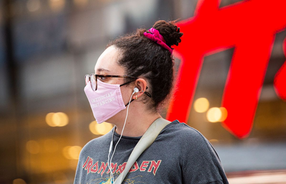 Los CDC recomendaron usar mascarillas en interiores, aunque las personas estén vacunadas.