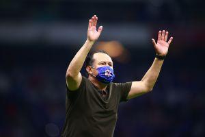 Juan Reynoso renueva su contrato con el Cruz Azul