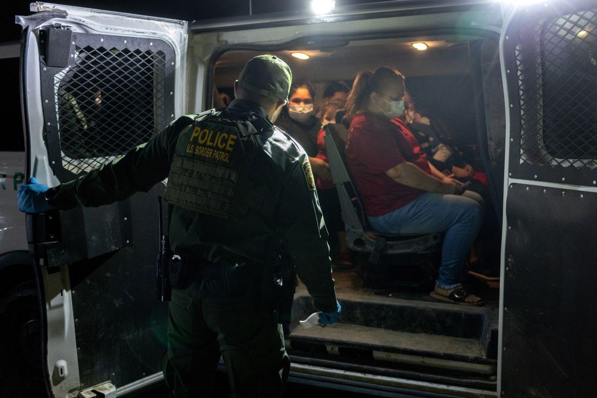 El DHS retoma estrategia de deportación acelerada de familias.