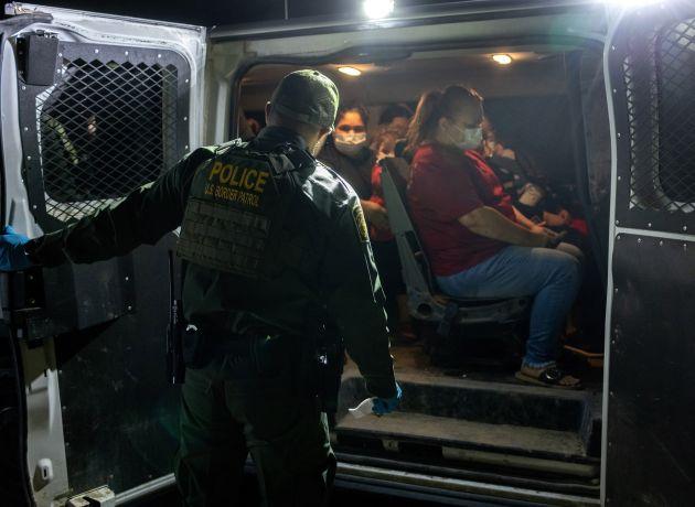 Administración Biden aplica deportación acelerada de ciertas familias completas