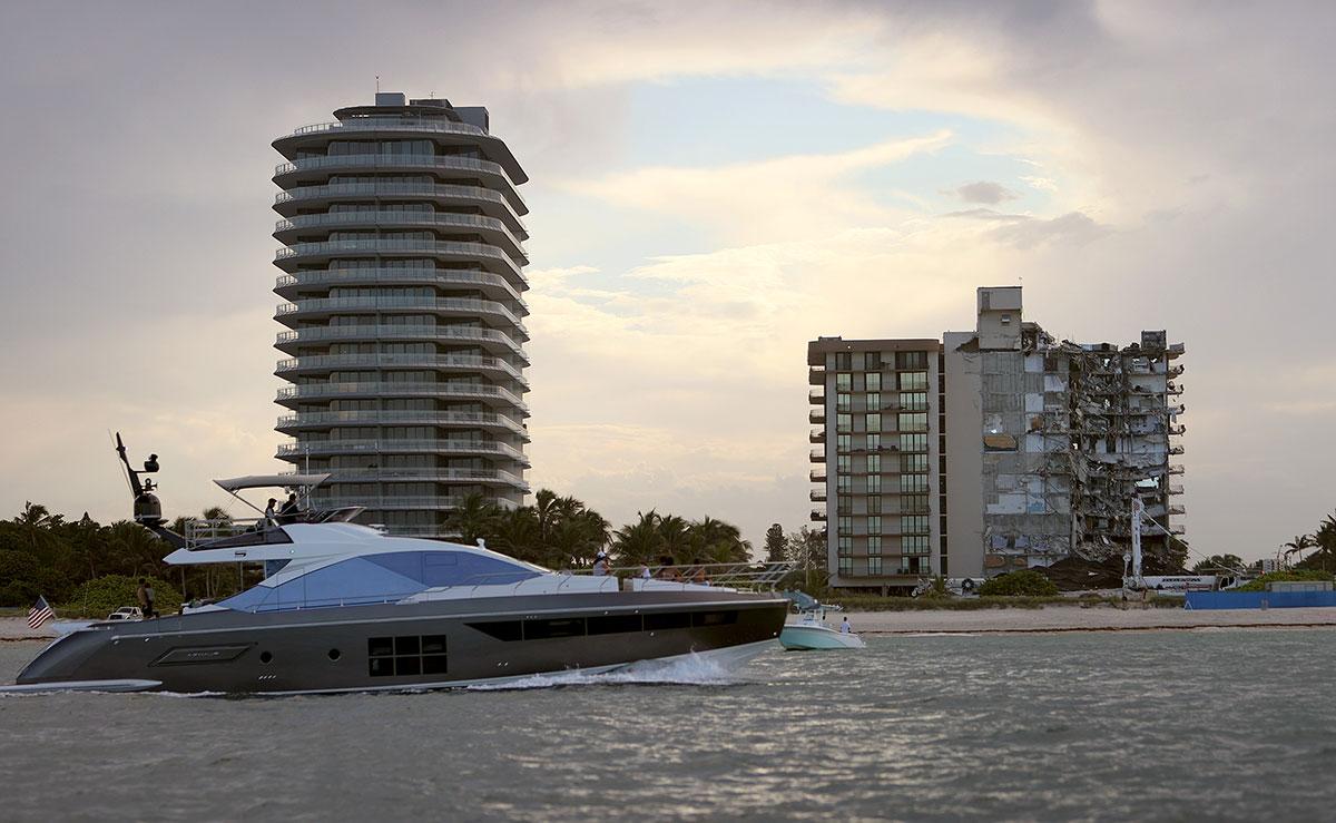 El derrumbe del edificio Champlain Towers (der.) pone en evidencia el desorden inmobiliario que persiste en Miami Beach.