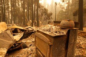 Los bomberos de California detienen un gran incendio cerca de Paradise, la ciudad incendiada en 2018