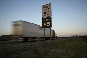 Tragedia sobre la autopista 10: Tráiler choca con un auto en Arizona y mueren cinco personas