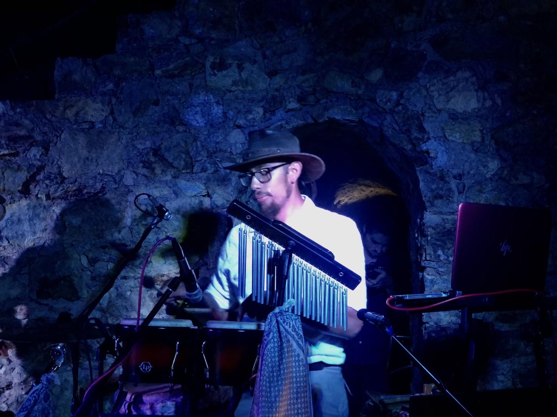 Ohto Ortiz, uno de los hermanos fundadores deLegend Medicina sónica en un concierto ceremonial en la mina prehispánica de Taxco, Guerrero.