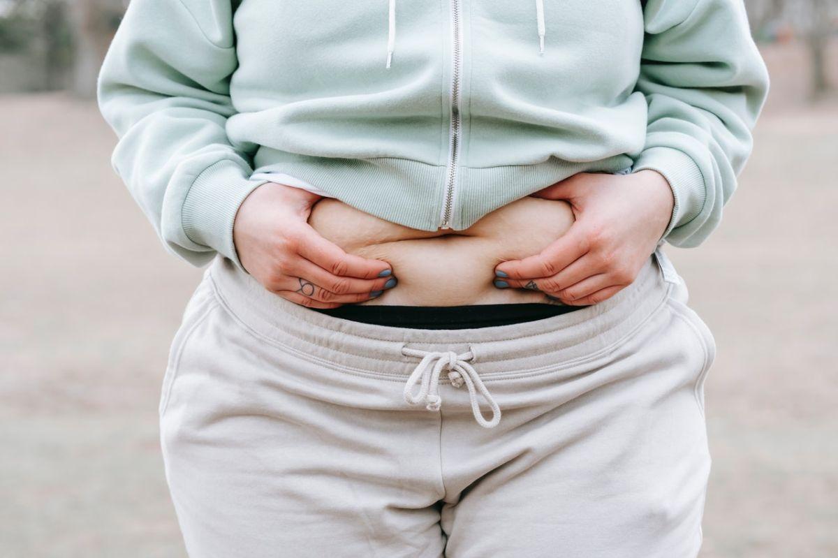 Vientre plano: los 6 alimentos a evitar para no inflamarte el estómago y los intestinos