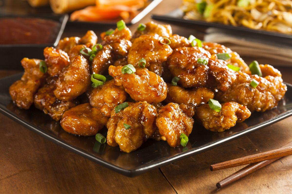 Los crujientes trozos deOrangeChicken son salteados al wok en una salsade naranja dulce y picante. ¡Disfruta de este rico platillo!