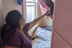 Vecinos afectados por la explosión de fuegos pirotécnicos en el sur de Los Ángeles