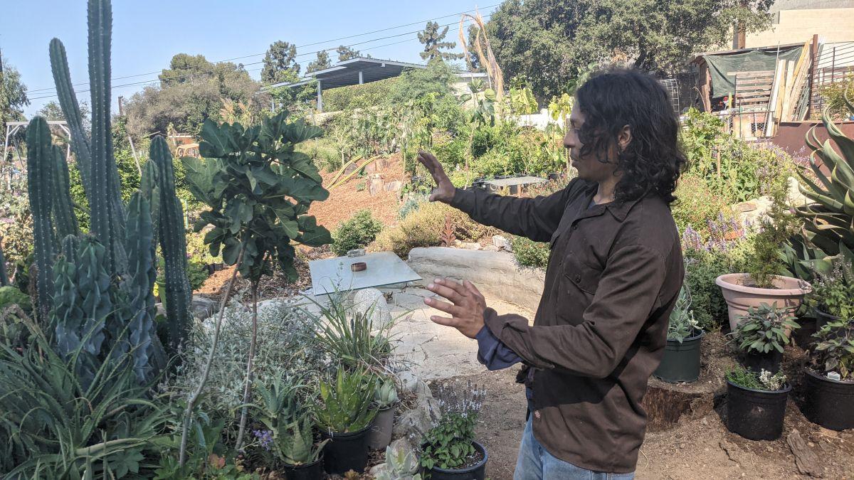 Christopher Martínez es el anfitrión de The Lab@Zorthian Ranch en Altadena. (Jacqueline García/La Opinión)
