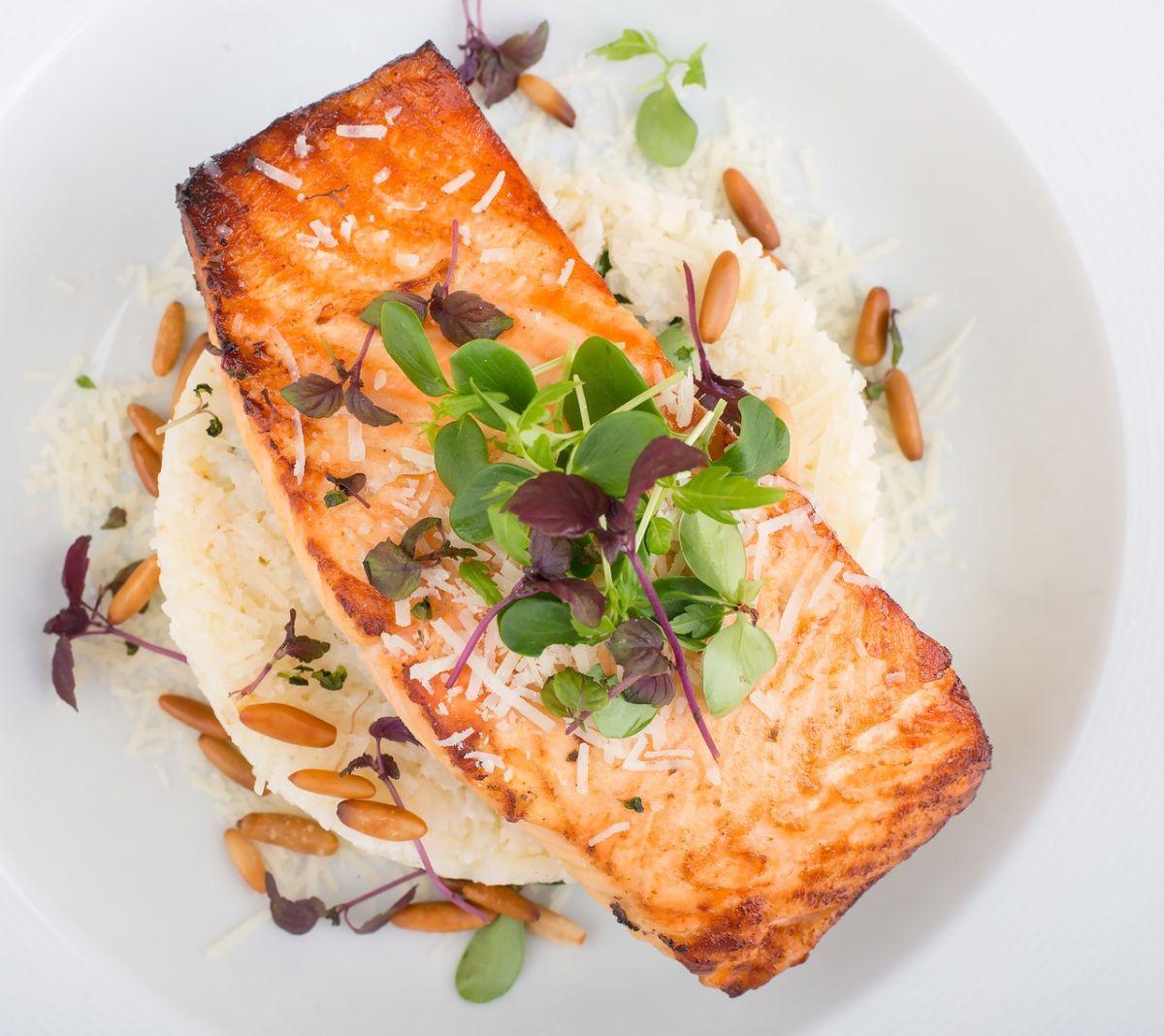 El consumo de pescado graso puede aumentar los niveles de omega 3 en sangre.