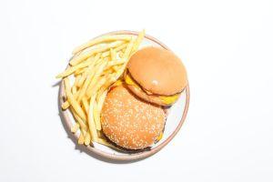 """La comida chatarra """"no se pudre"""": qué tiene para que pueda conservarse años"""