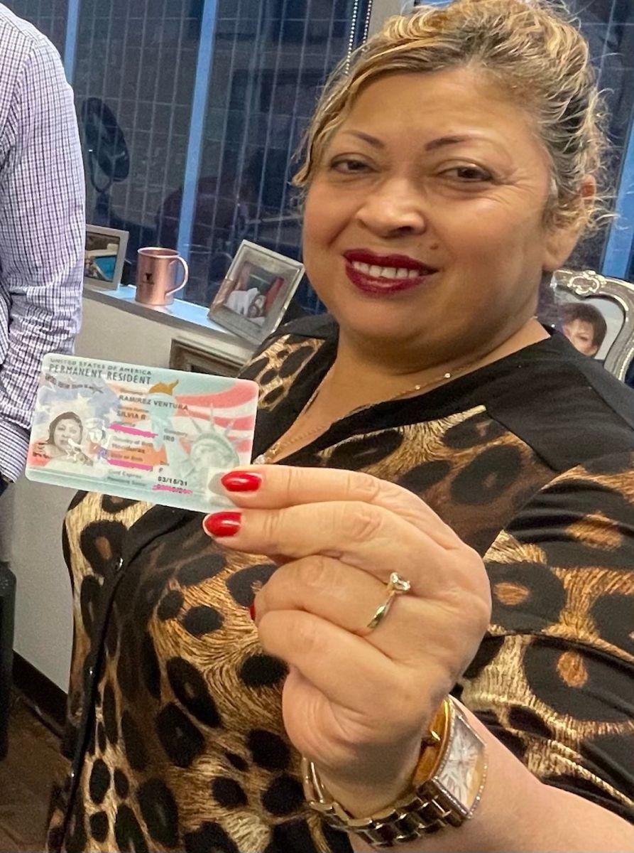 Silvia Rosibel Ramírez obtiene la residencia permanente. (Cortesía Paulina Herrera)