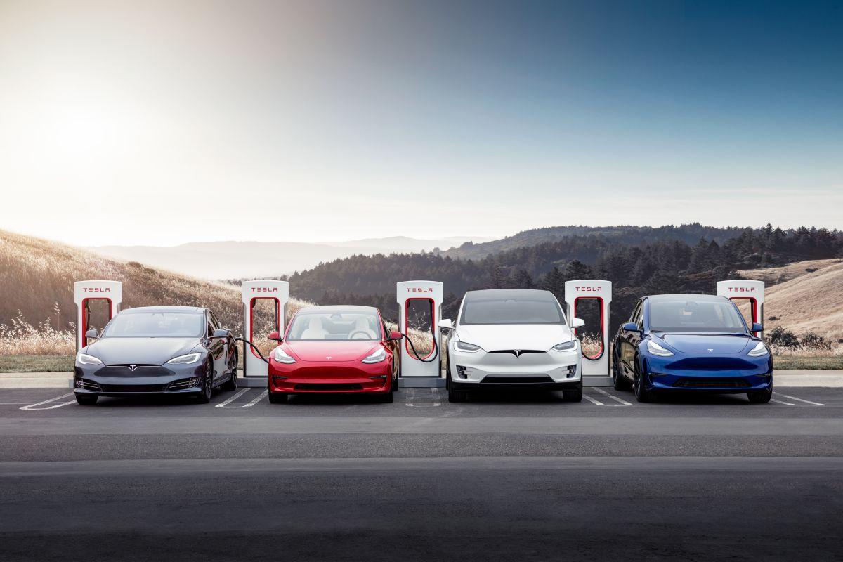 Foto de varios autos cargando en los supercargadores de Tesla