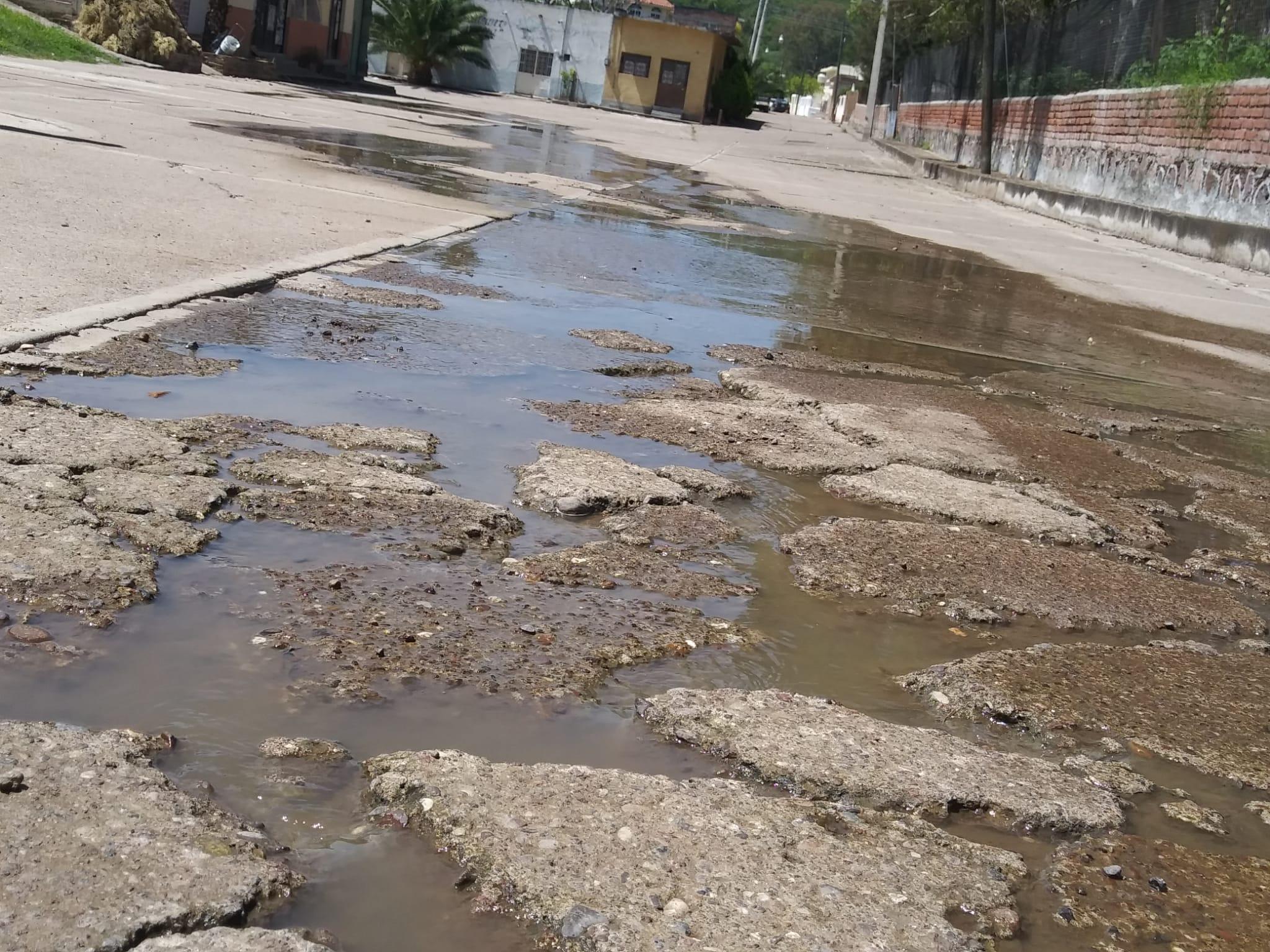 Aguas negras brotan en las calles de Las Animas