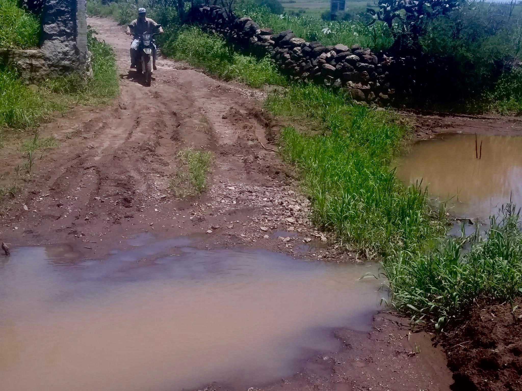 El camino de Corral del Río del Padre desbordada por el Río y sin asafalto