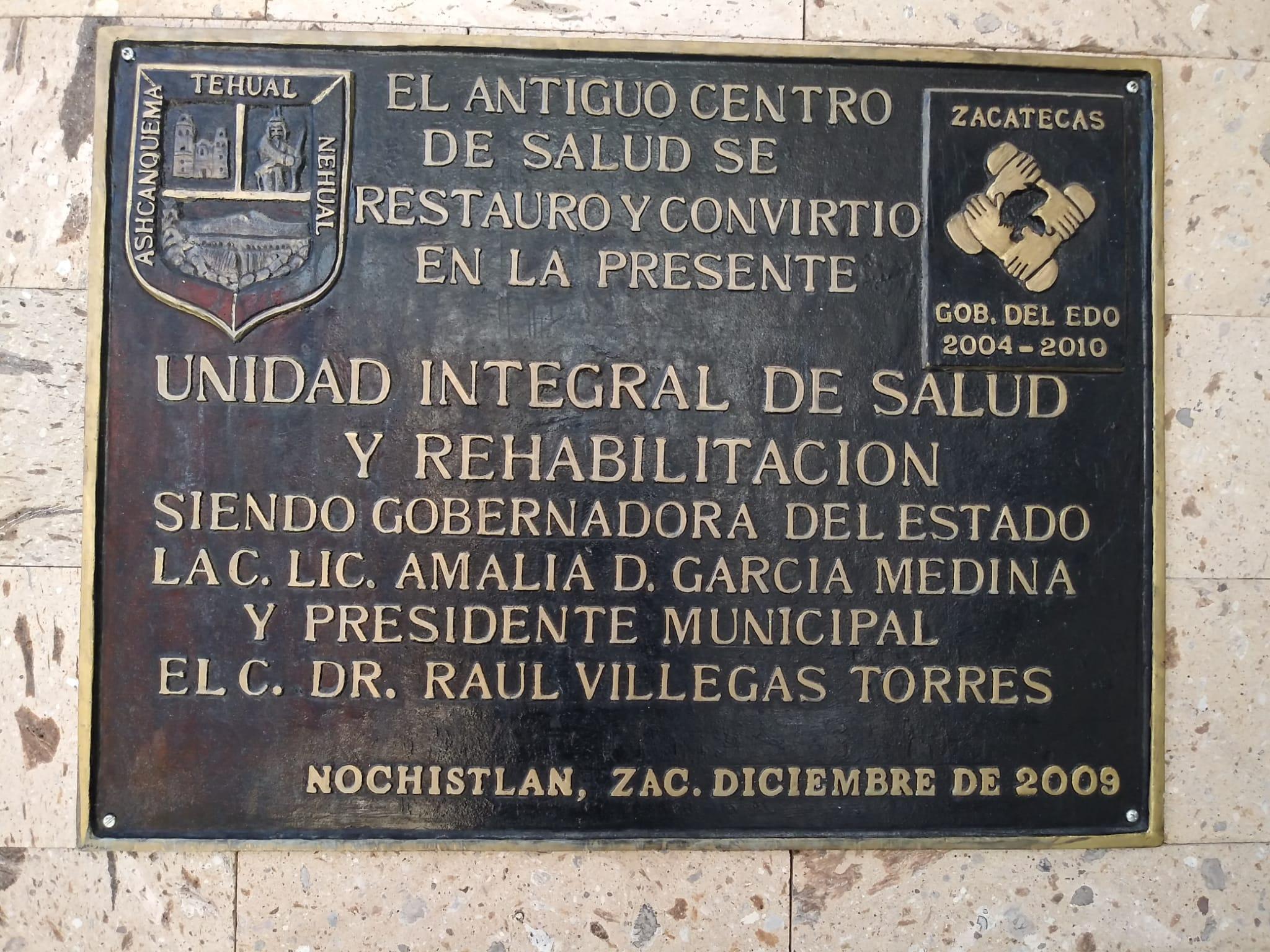 La placa de la Unidad Integral de Salud y Rehabilitación que omite la participación de los migrantes en el proyecto