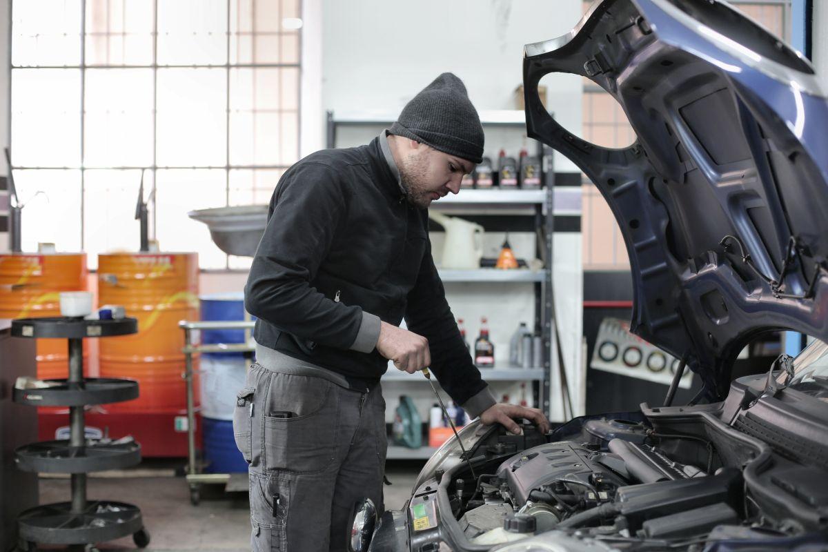 La mezcla de gasolina y aceite de motor suele generar un fuerte olor a combustible en el auto.