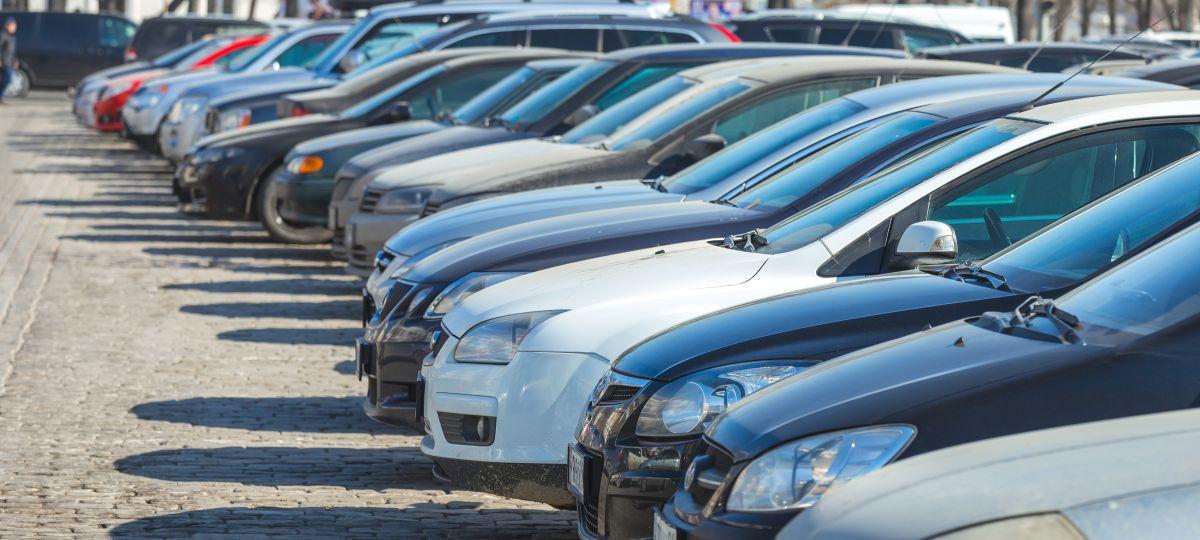 La carga de proveer estacionamiento junto a la escasez de vivienda, aumenta el costo de la vivienda. / archivo.