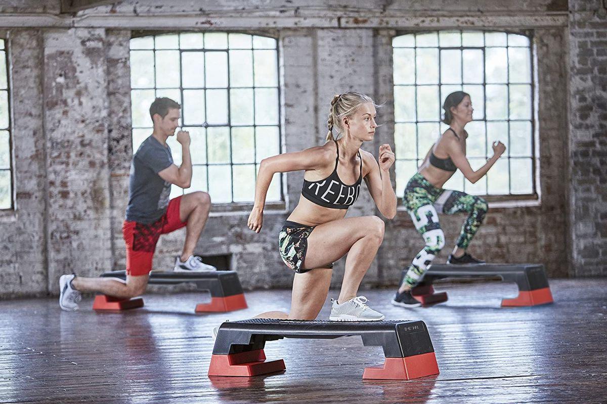 Bancos y escaladores aeróbicos para ejercitarte en casa y perder peso