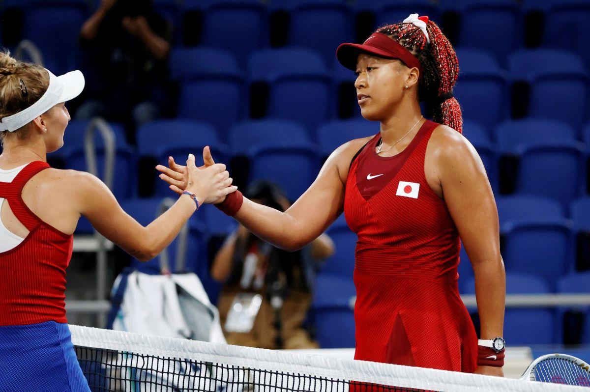 Naomi Osaka y Marketa Vondrousova se saludan al final del partido.