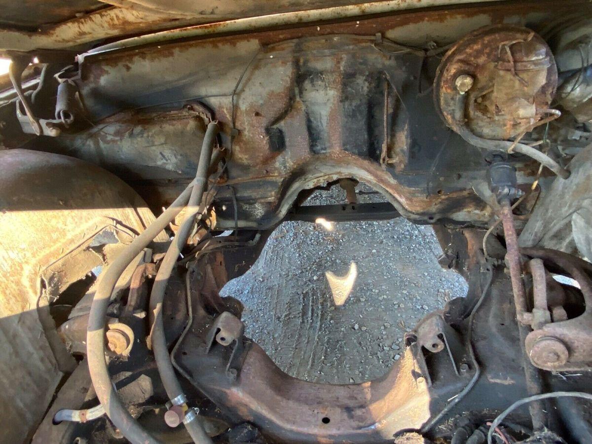Foto del área del motor del Chevrolet Impala 1964 que será subastado