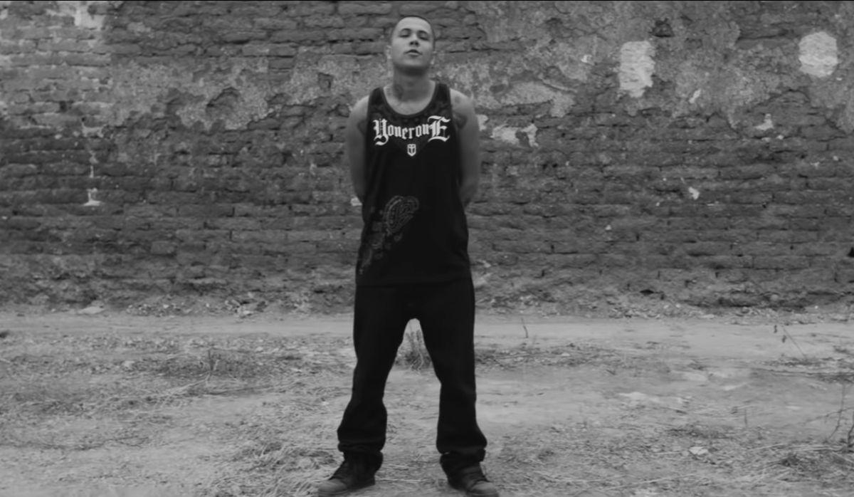 "C-Kan en el video musical ""Un par de balas""."