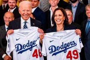"""""""Pilar de la cultura americana"""": Joe Biden rinde tributo a los campeones Dodgers, pero una chamarra de mariachi se roba el evento"""