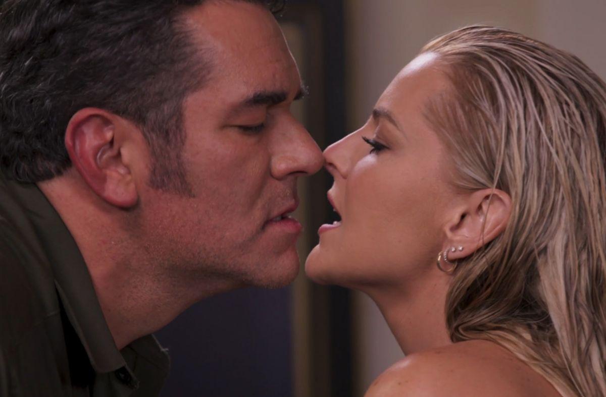 Eduardo Santamarina y Marjorie de Sousa besándose en 'La Desalmada'.