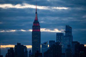 Empire State de Nueva York se iluminó con luna llena y todas las banderas compitiendo en las olimpíadas Tokio 2020