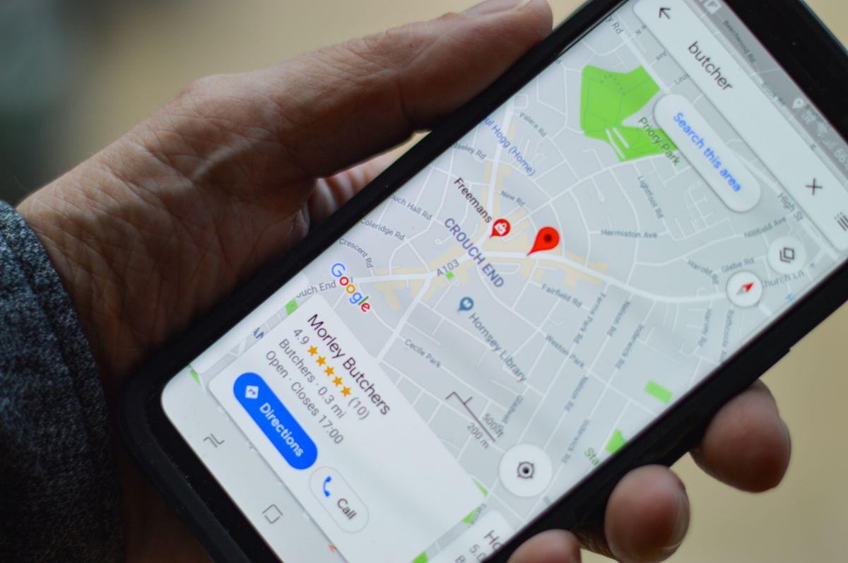 Foto de una persona mostrando la pantalla de su teléfono con la aplicación de Google Maps