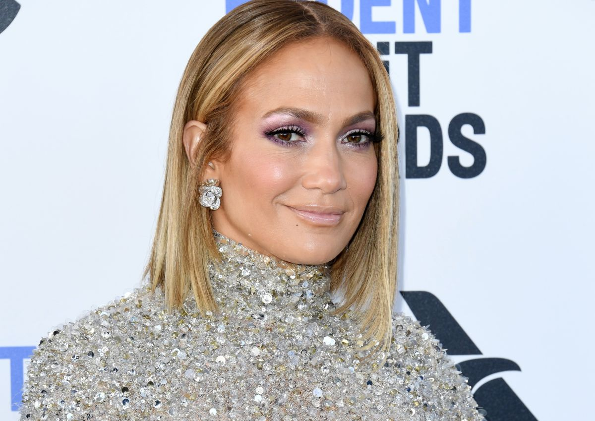 Jennifer Lopez does twerking by performing a sexy choreography using tight black leggings