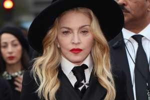 Como una sexy vaquera, Madonna extiende sus piernas y hace que sus shorts parezcan cacheteros